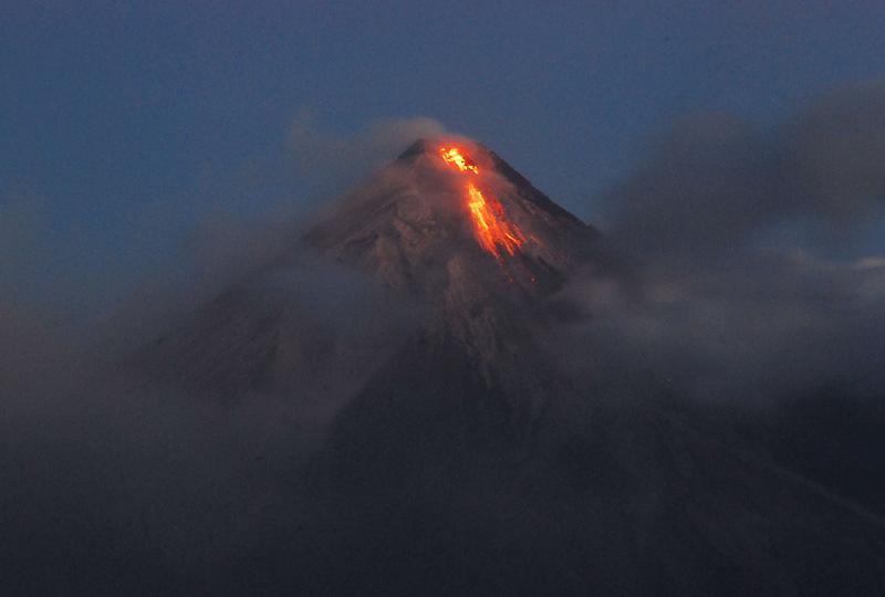Le mont Mayon se réveille. Les premières évacuations ont commencé, mardi 15 décembre, autour du volcan situé dans le centre des Philippines, où ont été observés des signes inquiétants d'activité. L'objectif est d'évacuer sur trois jours, à compter de mardi, près de 10 000 familles, soit environ 50 000 personnes, qui vivent dans les villages bordant le volcan.