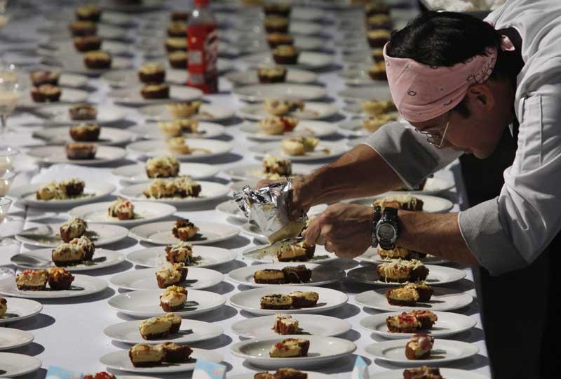 Un chef cuisinier philippin tente de battre le record mondial de préparation de plat en une journée, au nord de Manille le 14 décembre dernier. Les organisateurs espèrent la réalisation de plus de 5.000 plats afin de dépasser le précédent record de 4.668 en 2007.