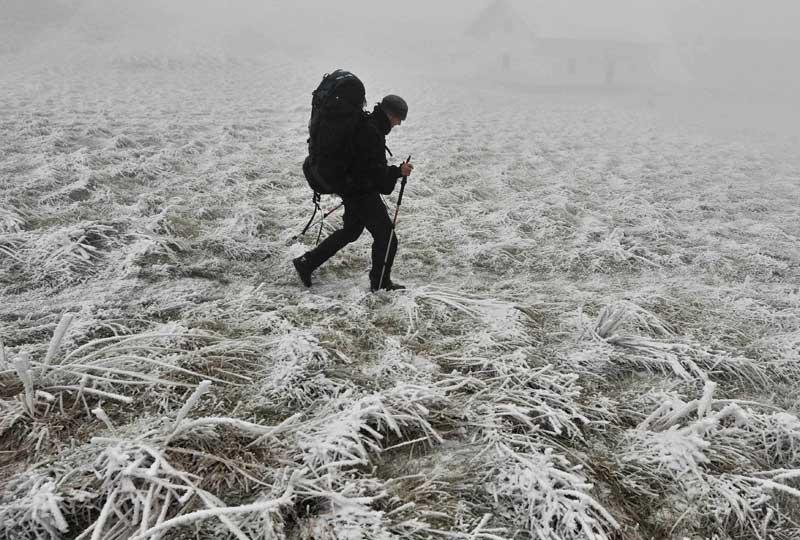 Randonnée hivernale. Un pélerin marche au niveau du col de Roncevaux, qui culmine à 1 057 mètres d'altitude près de la frontière espagnole, le 15 décembre.