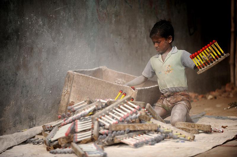 Enfance en péril… Une jeunesse bangladaise travaille à la confection de ballons dans une usine de Dhaka, le 17 décembre. Aujourd'hui, plus de 4,7 millions d'enfants ont un emploi au Bangladesh. Parmi eux, nombreux sont ceux qui se livrent à des travaux dangereux. Pour ces enfants, l'école reste une chimère ou un luxe. Ainsi, les taux d'achèvement des études secondaires sont extrêmement faibles : 15% pour les garçons, 8% pour les filles.
