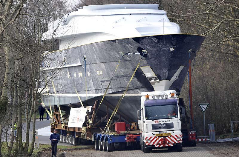 Convoi exceptionnel. Un bateau est transporté par la route, à l'occasion de la foire commerciale à Düsseldorf, à l'ouest de l'Allemagne le 16 décembre. Cet événement aura lieu du 23 janvier au 31 janvier 2010.
