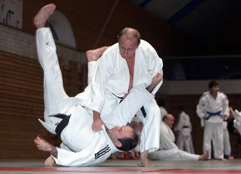 Vladimir Poutine fait une démonstration de judo lors de sa visite à Saint-Petersbourg, le 18 décembre 2009.