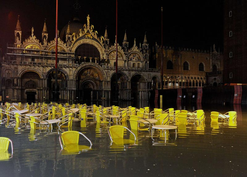 Les chaises et les tables des cafés de la place Saint-Marc, à Venise, ont les pieds dans l'eau, le 23 décembre 2009.