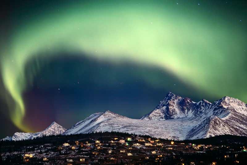 />ANNAURRI ANIRUQ ! -</b> «Joyeux Noël ! » en inupiaq, la langue des Esquimaux de l&rsquo;Alaska, pour cette aurore boréale photographiée dans la banlieue d&rsquo;Anchorage, au-dessus des monts Chugach. Un phénomène lumineux né de la collision entre les particules éjectées par les éruptions et le champ électromagnétique terrestre, qui dessine ici un nuage ionisé digne du sillage qu&rsquo;aurait pu laisser le traîneau du Père Noël. Et s&rsquo;il est vert, c&rsquo;est parce qu&rsquo;il est composé d&rsquo;oxygène ; 40 kilomètres plus bas, la pression sur les molécules d&rsquo;azote l&rsquo;aurait fait virer au rouge. Mais peu importe sa couleur : quoi de mieux qu&rsquo;une aurore polaire pour nous offrir une carte postale idéalement de saison ?&nbsp;&raquo; height=&nbsp;&raquo;326&Prime; /></strong></font></p> </li> <li class=