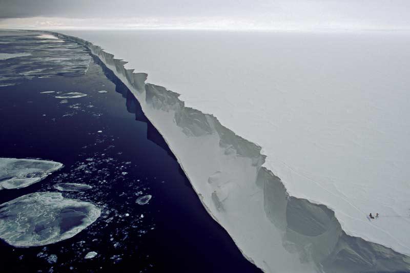 />MERRY CHRISTMAS ! -</b> «Joyeux Noël !» en anglais, la langue de l&rsquo;officier de la Royal Navy qui découvrit ce gigantesque glacier flottant, en 1841, au sud de l&rsquo;Antarctique. Baptisé de son nom, «la grande barrière de Ross» polarise aujourd&rsquo;hui l&rsquo;attention des scientifiques préoccupés par le réchauffement climatique. On en aperçoit deux, en bas à droite, penchés sur l&rsquo;une des crevasses qui fragilisent le bord de cette falaise de glace, longue de plus de 800 kilomètres sur 30 à 50 mètres de hauteur. Leurs travaux ont prouvé que l&rsquo;effondrememnt de ce glacier, aussi vaste que la France, ne date pas d&rsquo;hier : il a disparu et s&rsquo;est reconstitué 38 fois au cours des 5 derniers millions d&rsquo;années !&nbsp;&raquo; height=&nbsp;&raquo;344&Prime; /></p> <p align=
