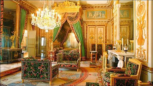 Située dans les Grands Appartements, la chambre de l'Empereur était ornée d'un velours prune qu'il trouva trop sombre et qui fut rebrodé de feuilles et de fleurs de laurier. Sa restauration aura duré douze ans.