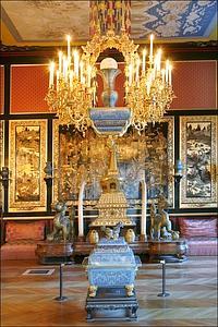 Voulu par l'impératrice Eugénie, le musée chinois, riche de quelque 400 pièces provenant du sac du Palais d'Été en 1860, occupe trois saloin dans le Gros Pavillon du château.
