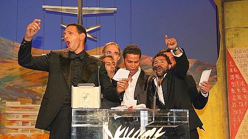 Jamel Debbouze, Samy Naceri, Roschdy Zem, Sami Bouajila et Bernard Blancan entonnent «Le Chant des Africains».