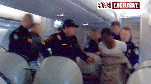 Une photo du suspect dans l'avion obtenue par CNN.