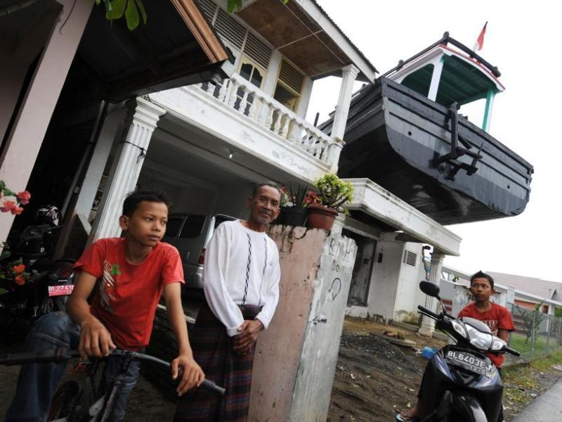 En Indonésie, l'Agence de réhabilitation et de reconstruction (BRR) a affirmé que 6,7 milliards de dollars, sur les 7,2 engagés par le gouvernement et les donateurs internationaux, avaient été alloués aux différents projets de reconstruction à Aceh et sur l'île voisine de Nias. Ils ont notamment permis de construire plus de 140.000 maisons, 1.759 établissements scolaires, 363 ponts et 13 aéroports.