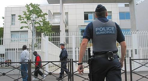 Des policiers municipaux devant un collège des Hauts-de-Seine en 2002.