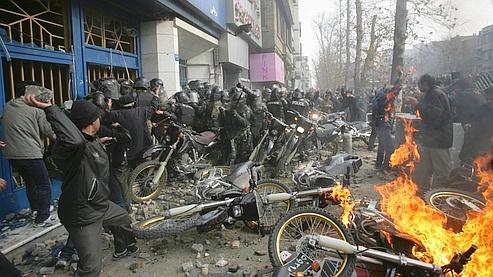 «Nous nous battrons, nous mourrons mais nous reprendrons l'Iran», scandaient dimanche les opposants au président Mahmoud Ahmadinejad .
