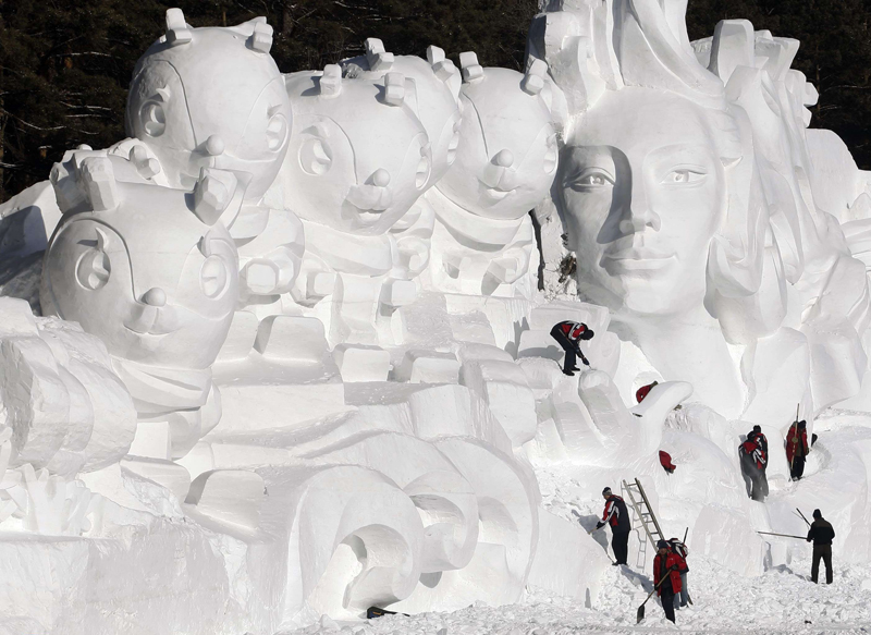 Le festival de la neige organisé au Nid d'Oiseau, le stade national de Chine à Pékin. Dix canons à neige ont permis de transformer le stade olympique en une plaine immaculée de plus de 5.000 m2.