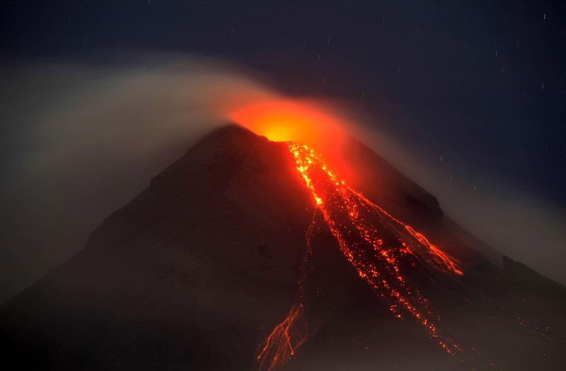 La lave du volcan Mayon aux Philippines continue de couler. Il y a un peu plus d'une semaine, quelque 47 000 personnes ont été priées de quitter leur domicile. L'activité du volcan, qui est anormale depuis juillet, s'est récemment intensifiée.