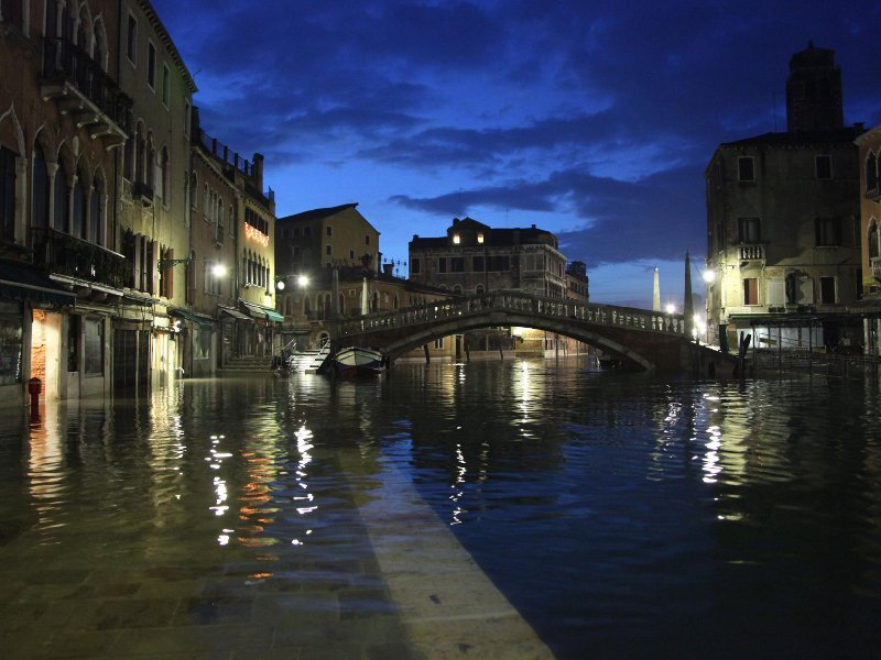 A nouveau inondée, Venise a passé un réveillon sous haute surveillance. Plus de la moitié de la ville s'est retrouvée sous les eaux le 24 décembre, après le passage d'une dépression combinée à un phénomène naturel de marée, connu sous le nom d'acqua alta, qui a fait monter le niveau de la lagune de 143 centimètres, un record pour 2009. Habituées, les autorités ont mis en place des passerelles en bois pour permettre aux habitants et aux touristes de circuler dans la ville. Venise a connu sa pire acqua alta le 4 novembre 1966 : elle avait été submergée par 194 cm d'eau, alors que l'ensemble du pays connaissait des inondations catastrophiques.