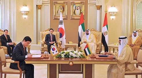 Le président sud-coréen Lee Myung-bak (au second plan à gauche), au côté de Cheikh Khalifa Ben Zayed al-Nahyan, l'émir d'Abu Dhabi, dimanche dernier pendant la signature du contrat.