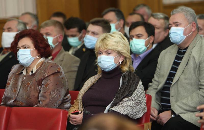 />H1N1: la pandémie de la décennie. </b> C'est en avril 2009 que le gouvernement mexicain a lancé l'alerte après le décès d'une vingtaine de personnes jeunes consécutif à une grippe liée à un virus inconnu. Très rapidement, l'Organisation mondiale de la santé a relayé l'alarme, mettant en place un dispositif de gestion de crise à l'échelle de la planète. Le virus a été vite identifié, des vaccins ont été mis au point, alors que cette nouvelle forme de grippe s'étendait rapidement partout dans le monde. <br />Progressivement, les connaissances se sont affinées et la panique qui gagnait dans tous les pays, toutes les couches de la société s'est vite amendée. Aujourd'hui, huit mois après la découverte du virus, on sait qu'il est heureusement bien moins mortel que ce que l'on a cru au départ, que beaucoup de personnes ne souffrent que de formes asymptomatiques, ou avec peu de symptômes ou encore d'une simple grippe classique (courbatures, fièvre, maux de tête, toux…). Cependant, pour un tout petit nombre de malades (qui sont dans 60% des cas, atteints d'une autre pathologie), le virus H1N1 peut être mortel (près de 200 morts) en France. Ce qui justifie la décision de vacciner de manière prioritaire, les groupes dits à risques.» height=»268″ /></p> <p><strong>H1N1: la pandémie de la décennie.<font face=