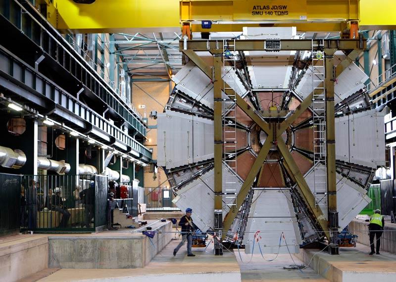 />Le LHC redémarre en fanfare.</b> Le 23novembre, après plus d'un an d'arrêt, consécutif à une panne survenue peu de temps après son inauguration, en septembre 2008, le plus grand accélérateur de particules du monde, installé à 100 mètres sous terre près de Genève, redémarre enfin. Une semaine plus tard, les équipes du Centre européen de recherches nucléaires (Cern), qui exploite le LHC, parviennent à injecter dans son anneau de 27 kilomètres de circonférence des faisceaux de protons lancés à des vitesses phénoménales jusqu'à atteindre une énergie encore jamais atteinte de 1,18 téraélectronvolts (TeV). Le 12décembre, la machine établit un nouveau record, à 2,36 TeV. En 2011, les physiciens espèrent découvrir les secrets ultimes de la matière, une fois atteinte la puissance nominale de l'appareil (7 TeV).» height=»373″ /></p> <p><strong>Le LHC redémarre en fanfare.</strong> <strong><font face=
