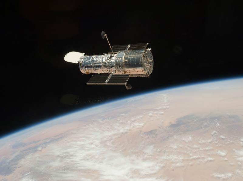 />Ultime cure de jouvence pour Hubble.</b> Au cours d'une excursion orbitale de treize jours fertile en rebondissements, les astronautes parviennent entre le 11 et le 24mai à remettre sur pied le télescope spatial Hubble, victime d'avaries multiples après dix-neuf ans de bons et loyaux services.<br />Grâce aux soins intensifs qui lui ont été prodigués, à 560 kilomètres d'altitude, Hubble est paré pour fonctionner cinq, voire dix années de plus avec des capacités d'exploration 10 à 70 fois supérieures à ce qu'elles étaient jusqu'à présent. Pour la plus grande joie des astronomes du monde entier.&nbsp;&raquo; height=&nbsp;&raquo;395&Prime; /></font></strong></p> <p><strong>Ultime cure de jouvence pour Hubble.<font face=