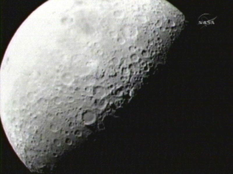 />La Lune, astre glacé.</b> C'est l'une des grandes révélations de l'année. Un mois après avoir envoyé le second étage d'une fusée Atlas 5 s'écraser sur la surface de la Lune, la Nasa annonce, le 17 novembre, avoir découvert, à proximité du pôle sud de notre satellite, dans le cratère Cabeus, une « quantité importante de glace » enfouie dans le sous-sol . De quoi, semble-t-il, approvisionner en eau une éventuelle base lunaire dont l'installation pourrait débuter vers 2020, si le président Obama valide ce projet d'exploration lancé il y a six ans par son prédécesseur George W. Bush. C'est la sonde LCROSS, lancée cinq mois plus tôt, qui a réalisé cette découverte majeure en analysant la composition de l'énorme panache de poussières et de matériaux éjectés lors de l'impact.» height=»366″ /></p> <p><strong>La Lune, astre glacé.<font face=