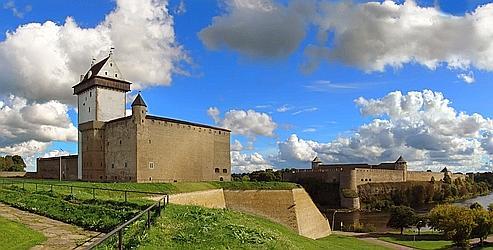 «Sur les rives opposées de la Russie et de l'Estonie, deux impressionnantes forteresses se font face». Crédits photo : Andrei Cinonov, licence sous Creative Commons.