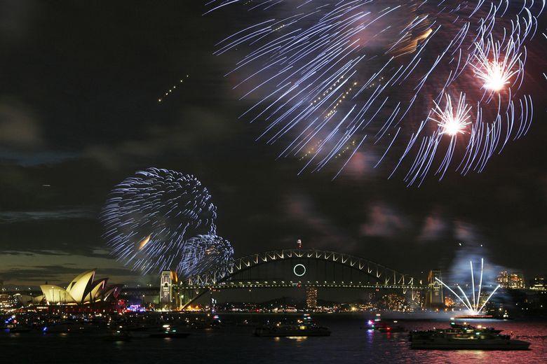Les Australiens on été parmi les premiers à passer à la nouvelle année.  />A Sydney</b>, les traditionnels feux d'artifices sur à proximité du pont et de l'opéra ont rassemblé des dizaines de milliers de personnes.» height=»302″ /></strong></p> <p class=