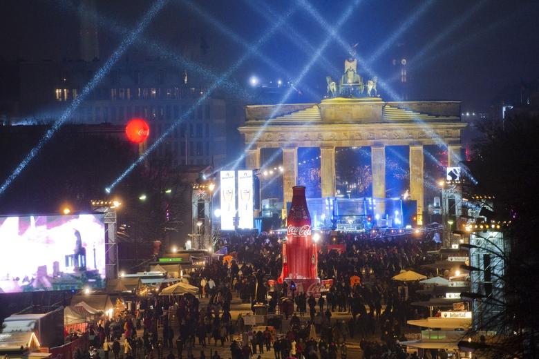 />A Berlin</b>, les fêtards se sont rassemblés sous la porte de Brandebourg pour célébrer la nouvelle année.» height=»350″ /></p> <p class=