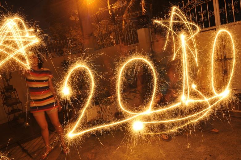 Des enfants fêtent la nouvelle année avec des feux d'artifices à Manille,  />aux Philippines</b>. Les appels à la prudence lancés par les autorités n'ont pas suffi pour empêcher le traditionnel déchaînement de pétards artisanaux. Bilan : 230 blessés en début de soirée.» height=»338″ /></strong></p> <p class=