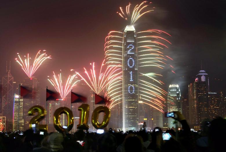 Des milliers de personnes se sont amassées sur le port de  />Hong-Kong</b>, en Chine, pour profiter du spectacle. Plus de 9.000 feux ont été tirés à partir des buildings du quartier d'affaires.» height=»324″ /></p> <p class=