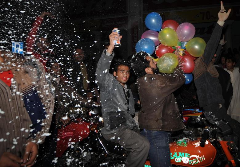 Des jeunes pakistanais célèbrent la nouvelle année, à Lahore,  />au Pakistan</b>. Mais l'humeur n'était pas à la fête : après l'attentat de mercredi, à Karachi, qui a fait 43 morts, les Pakistanais craignent de nouvelles attaques.» height=»353″ /></p> <p class=