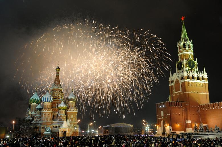 Quelque 120.000 personnes se sont regroupées sur la place rouge,  />à Moscou</b>, pour admirer le feu d'artifice au-dessus de la cathédrale Saint-Basile.» height=»335″ /></p> <p class=