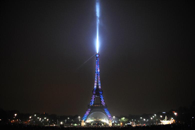 />A Paris</b>, la Tour Eiffel, qui fêtait ses 120 ans, a marqué pour la première fois de son histoire la nouvelle année en s'illuminant de toutes les couleurs. Au moins 50.000 personnes s'étaient massées sur la place du Trocadéro et du Champ de Mars pour profiter du spectacle.» height=»317″ /></strong></p> <p class=