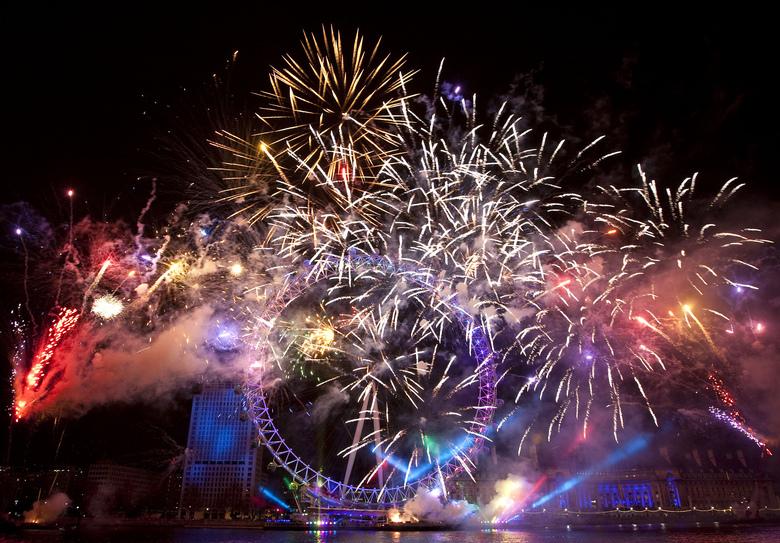 Une heure plus tard  />à Londres</b>, un feu d'artifice a été tiré dès que Big Ben a sonné les 12 coups de minuit. Malgré les températures négatives, la foule des grands soirs s'était massée sur les rives de la Tamise pour y assister.» height=»355″ /></p> <p class=