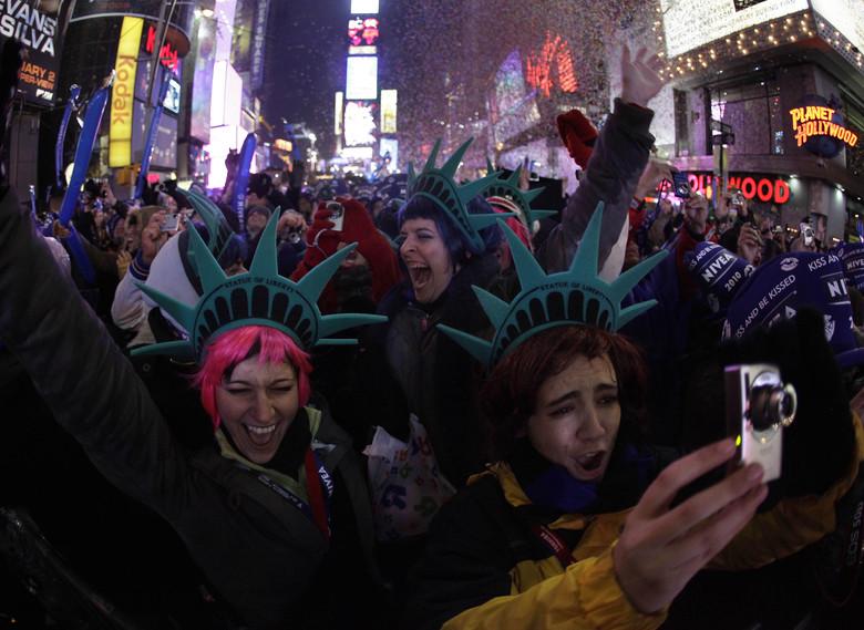 />A New York</b>, des centaines de milliers de personnes s'étaient réunies sur Times Square, où les feux d'artifice et une tonne de confettis ont été lancés à minuit, lors de la descente de la traditionnelle boule de cristal. » height=»399″ /></p> <p class=