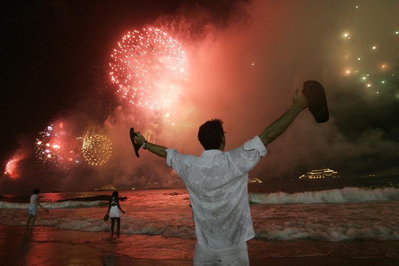 Eux n'avaient pas froid... Deux millions de personnes se sont réunies sur la plage de Copacabana  />à Rio de Janeiro</b>, au Brésil. Tous étaient habillés de blanc.» height=»337″ /></p> <p class=
