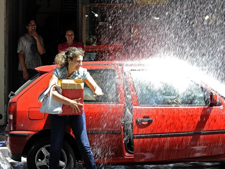 C'est une tradition à Montevideo,  />en Uruguay</b>. Pour fêter la nouvelle année, des seaux d&rsquo;eaux sont jetés des balcons sur les passants. Pour information, il faisait 27° C vendredi soir dans la capitale uruguayenne&#8230;&nbsp;&raquo; height=&nbsp;&raquo;389&Prime; /></p> <p class=