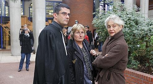 Les proches de Jean-Claude Irvoas avec leur avocat lors du premier procès d'assises, en 2007.