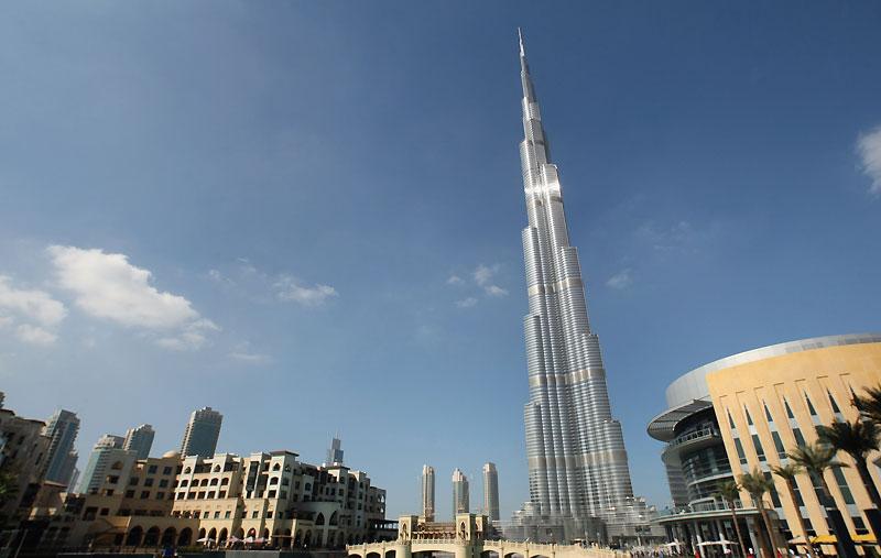 Suspens… Construit par 12.000 ouvriers du bâtiment en huit ans, le plus haut gratte-ciel du monde a été inauguré lundi 4 janvier, à Dubaï. La hauteur exacte de la tour est un secret jalousement gardé, qui ne sera dévoilé que mardi, mais on estime que le gratte-ciel dépasse les 800 mètres, surplombant de loin la tour Taipei 101 de Taiwan, détenant le précédent record : 508 mètres.  /><a href=''http://www.lefigaro.fr/photos/2009/08/05/01013-20090805DIMWWW00228-burj-dubai-la-plus-haute-tour-du-monde-en-images.php'' target=''_blank'' >(Cliquez ici pour voir plus d'images) </a></b> &nbsp;&raquo; height=&nbsp;&raquo;324&Prime; /></p> <p align=