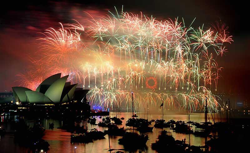 À Sydney, 1,5 million de personnes ont assisté, vendredi 1er janvier, dans le port au traditionnel feu d'artifice, pour «le plus beau spectacle au monde», selon le premier ministre de Nouvelle-Galles du Sud, Kristina Keneally, illuminant la ville de 1.000 feux multicolores pendant douze minutes.