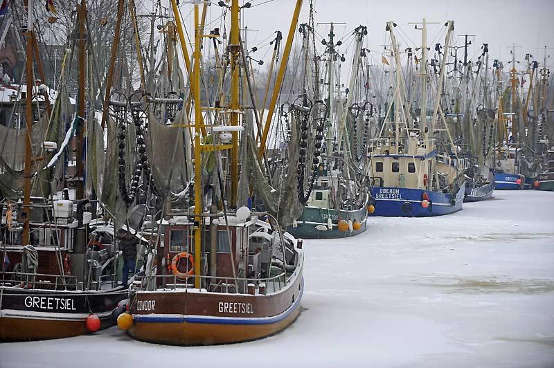 Des bateaux de pêche sont restés bloqués dans le port de Greetsiel, en Allemagne, lundi 4 janvier. D'autres chutes de neige sont prévues dans les prochains jours.