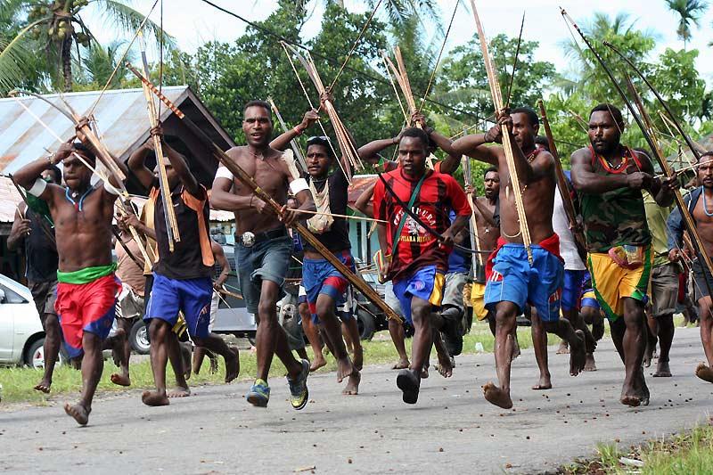 Guerriers papous. Des membres de la tribu des Amungme, en Papouasie, en Indonésie, se préparent à affronter des rivaux à Timika, mardi 5 janvier. On dénombre au total 312 ethnies.