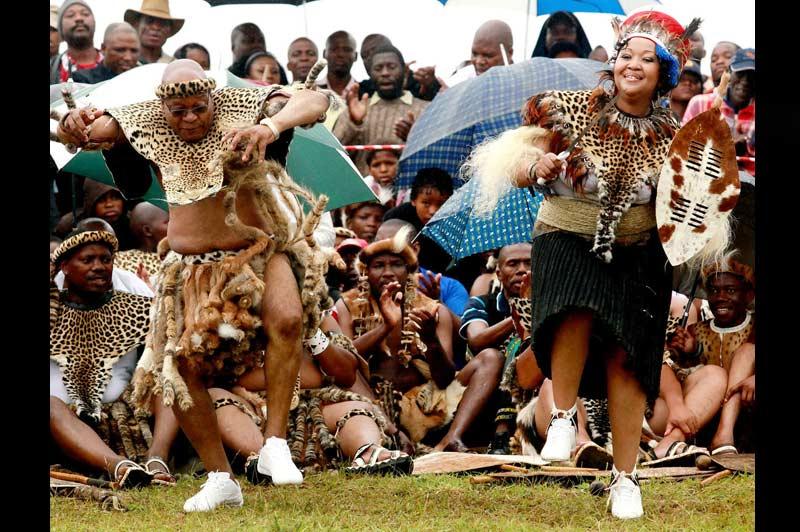 Le président Jacob Zuma se marie pour la cinquième fois. À 67 ans, le chef de l'État sud-africain, qui a 18 enfants, a fêté son mariage, lundi 4 janvier, lors de la fête traditionnelle de présentation de la fiancée aux anciens et aux esprits des ancêtres dans son village natal, devenant ainsi l'époux de trois femmes après un divorce et un veuvage. La cérémonie eu lieu à Nkandla, son fief dans le KwaZulu Natal.