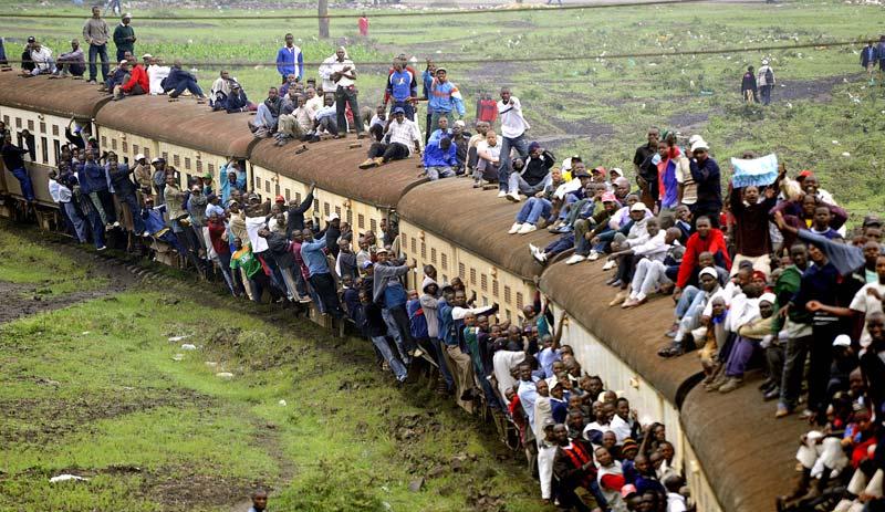 Surchargé… Des passagers kenyans se sont rendus au travail accrochés à un train, le mardi 5 janvier. Ce voyage hors du commun est la conséquence d'une grève des transports qui a entièrement paralysée la ville de Nairobi. D'autres ouvriers n'ont pas eu cette chance : certains ont marché pendant des heures, ou pire, ont été contraints de rester chez eux.