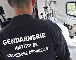 Un gendarme présentant le matériel de la police scientifique installé dans un bus.