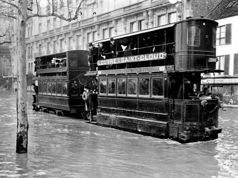 Inondations de Paris, 1910. Tramway sur les quais.