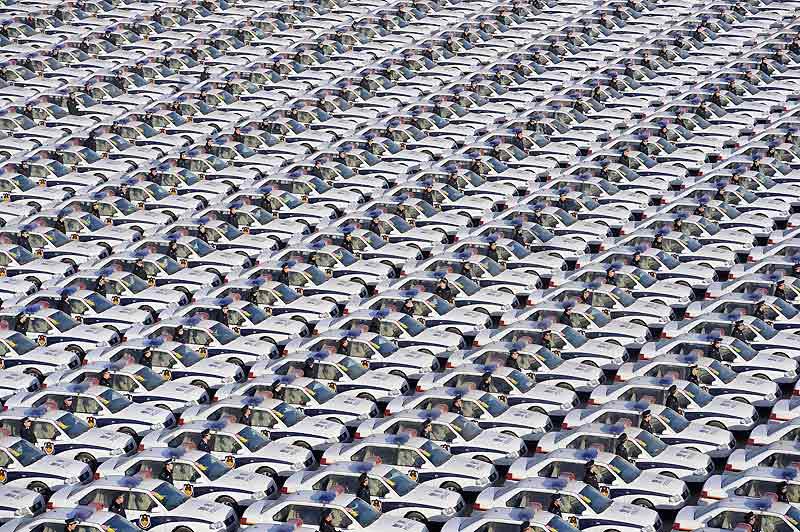 Un aperçu cauchemardesque du jour où la Chine nous roulera dessus. Cette impressionnante flotille de véhicules neufs n'est pourtant que le cadeau de Nouvel An des policiers de la province de Shanxi, en Chine. Mais elle nous rappelle la puissance des constructeurs automobiles de ce pays... qui sont parvenus à augmenter leurs ventes de 70% l'an dernier ! Moins chers et plus économes en carburant que leurs concurrents européens, japonais, américains et coréens, les modèles chinois des marques Brilliance, Chery et Geely sont cependant toujours moins fiables. Mais s'ils corrigent ce défaut, ils pourraient déferler bientôt sur le créneau des véhicules bon marché.