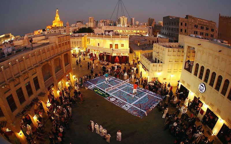 On sait que la capitale du Qatar, Doha, regorge en ce moment de grues inoccupées. Mais de là à les utiliser pour suspendre les deux premiers joueurs de tennis mondiaux - Roger Federer et Rafael Nadal - sur un mini-court en forme de tapis volant au-dessus de son marché aux épices, l'idée est quand même un peu surprenante; même pour promouvoir l'open des Emirats qui ouvre la saison du circuit professionnel 2010 !Les deux joueurs n'ont d'ailleurs échangé prudemment que quelques balles mollassonnes, sans bouger une seule fois les pieds. Et l'on espère pour eux qu'ils ont été très bien payés pour ça; athlètes de haut niveau d'accord, mais pas sans filet !