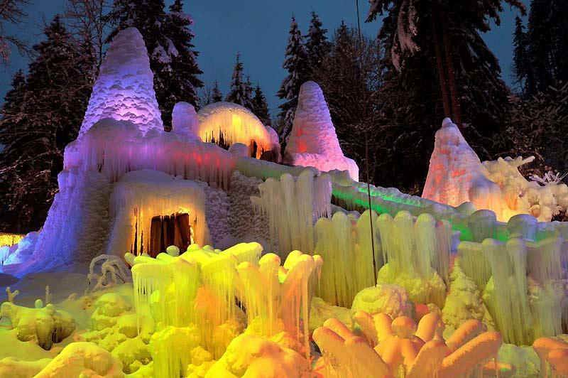 Palais des glaces. Dans les gouffres fribourgeois du lac Noir, en Suisse, c'est une magnifique exposition hivernale de glace et de lumière qui s'ouvre. Chaque hiver, l'artiste Karl Neuhaus met ainsi en scène ses palais des glaces féeriques.