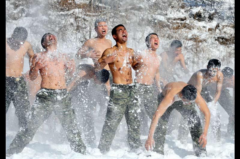 Des forces spéciales s'entrainent dans la neige près de Pyeonchang, ville sud-coréenne, située à environ 180 kilomètres à l'est de Séoul, le 8 janvier.