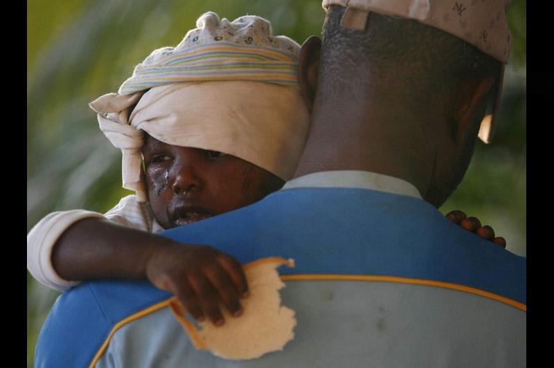 Survivant. Un enfant blessé par l'énorme tremblement de terre qui a dévasté mardi 12 janvier Port-au-Prince, se réfugie dans les bras d'un adulte. Il tient dans sa main un morceau de pain… <b><a href=''http://www.lefigaro.fr/international/seisme-en-haiti.php'' target=''_blank'' >(DOSSIER SPÉCIAL - Haïti dévasté) </a></b>